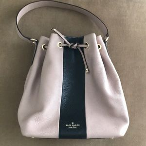 Kate spade bucket bag in 2-tone leather